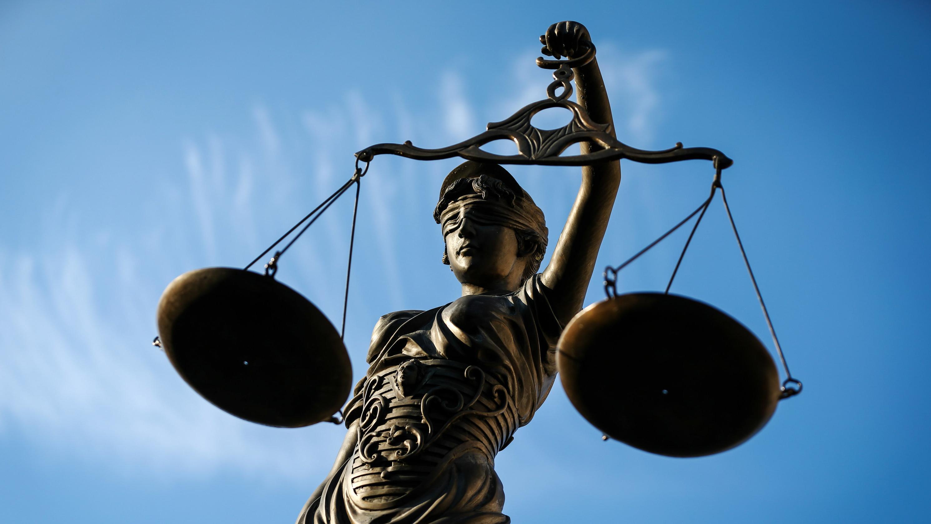 Statue der Justizia mit Waage in der Hand