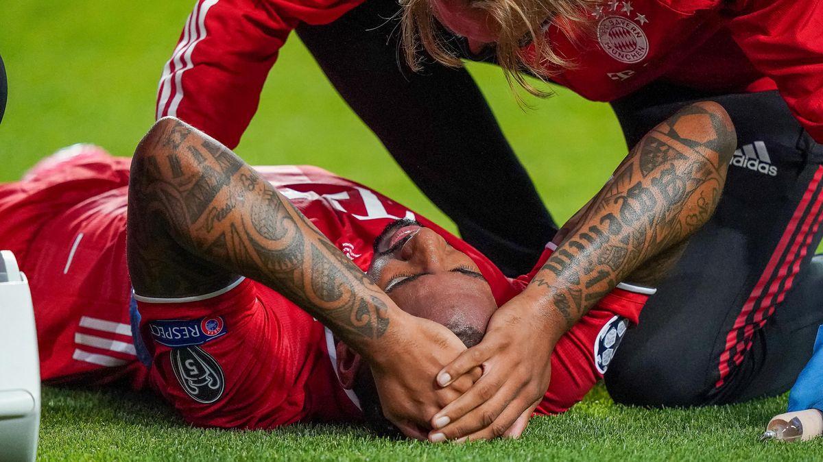Bitter für Bayerns Jérôme Boateng: Er hat sich in der 24. Minute bei einer PSG-Chance von Angel di Maria verletzt und muss ausgewechselt werden.