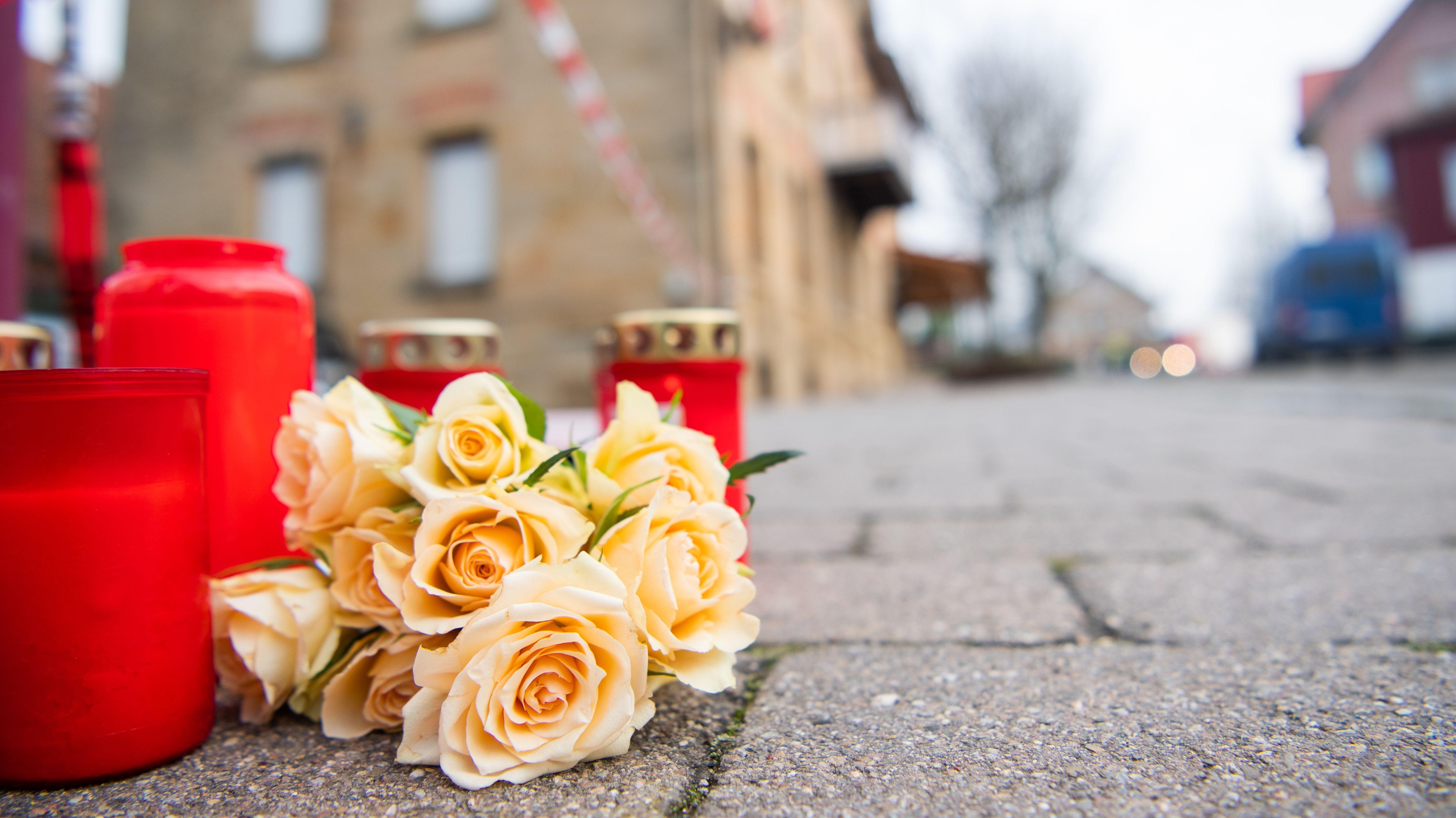 Am Tag nach den tödlichen Schüssen in Rot am See auf 6 Menschen liegen Blumen und Kerzen vor dem Tatort in Rot am See.