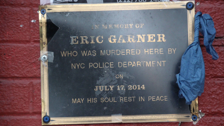 New York, Gedenkplakette neben dem Geschäft an der Bay Street vor dem Eric Garner starb