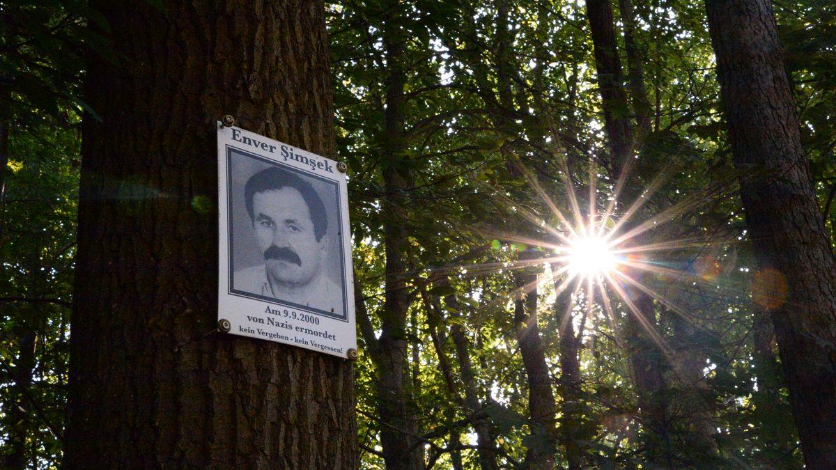 Gedenk-Schild am Tatort
