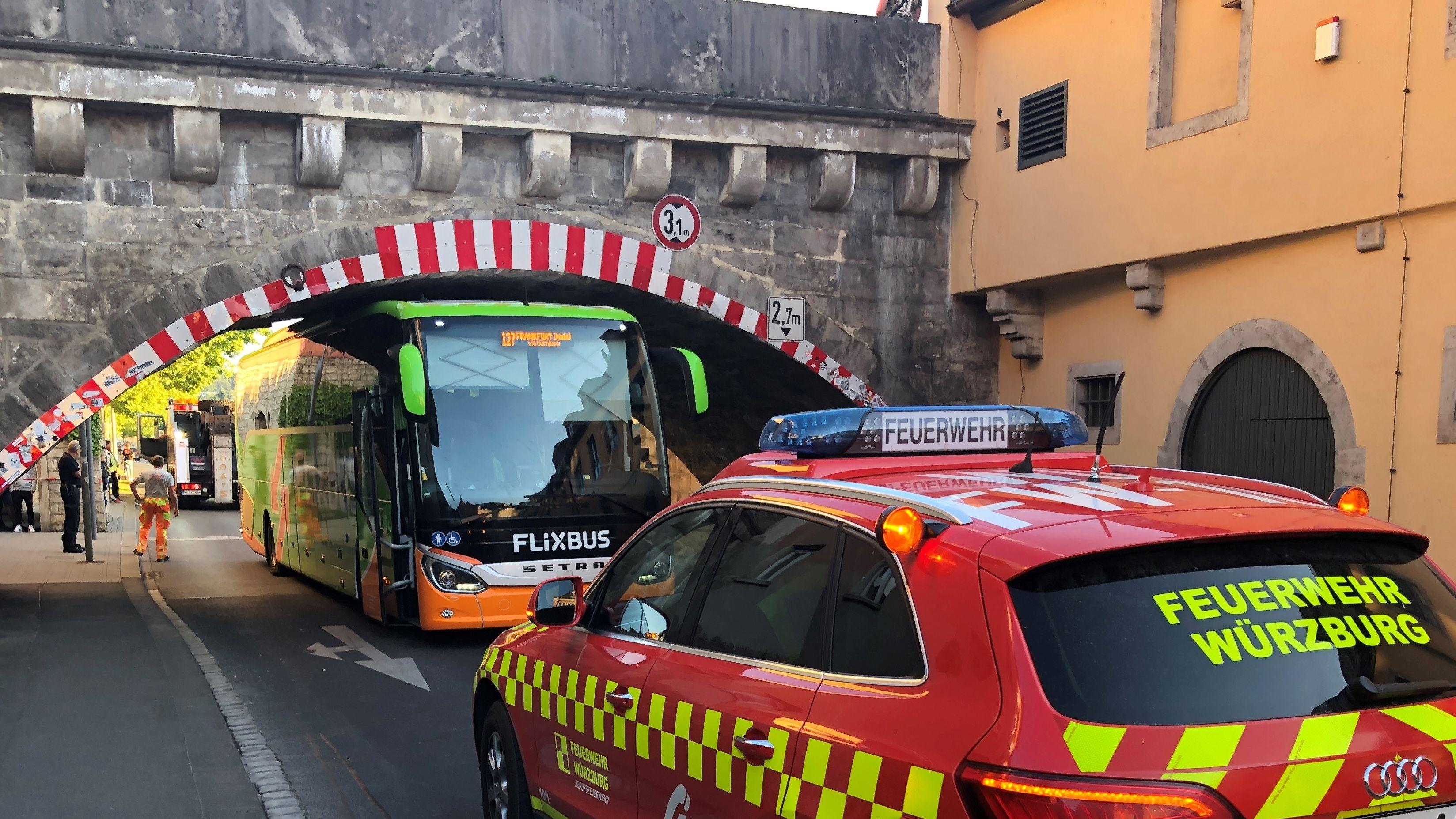Bus bleibt unter Alter Mainbrücke Würzburg stecken