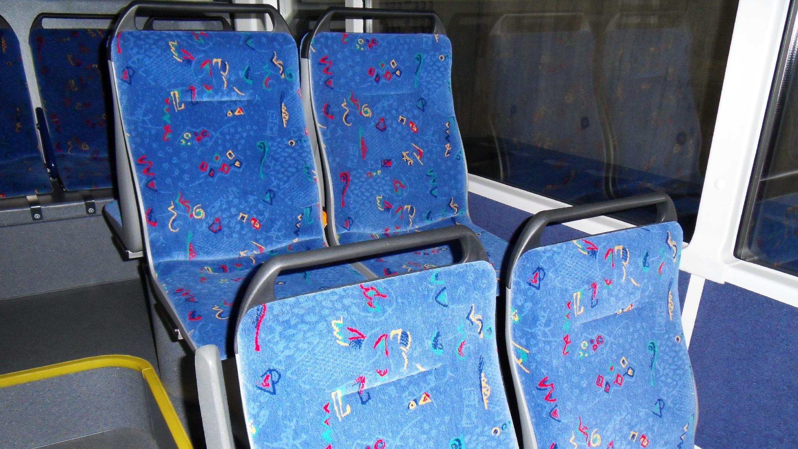 Sitzbänke in Bus