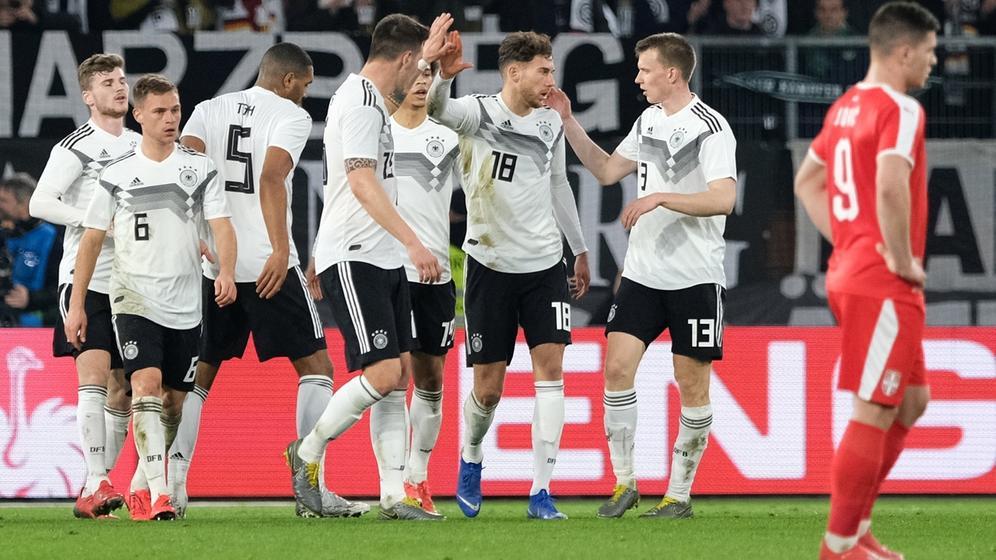 Leon Goretzka (3.v.r) bejubelt sein Tor zum 1:1 mit seinen Mannschaftskollegen. | Bild:dpa-Bildfunk/Peter Steffen