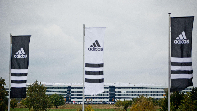 Adidas-Fahnen vor der Zentrale in Herzogenaurach