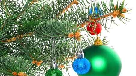 Bunte Weihnachtskugeln hängen an einem Weihnachtsbaum