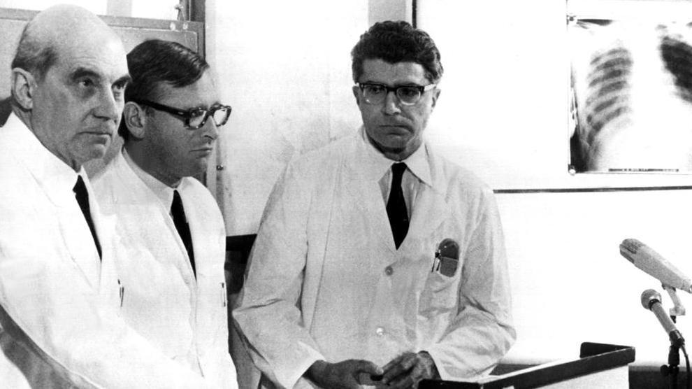 Die Münchner Chirurgen Rudolf Zenker, Werner Rudolph und Werner Klinner bestätigen am 13.2.1969 die erste Herztransplantation der Bundesrepublik.