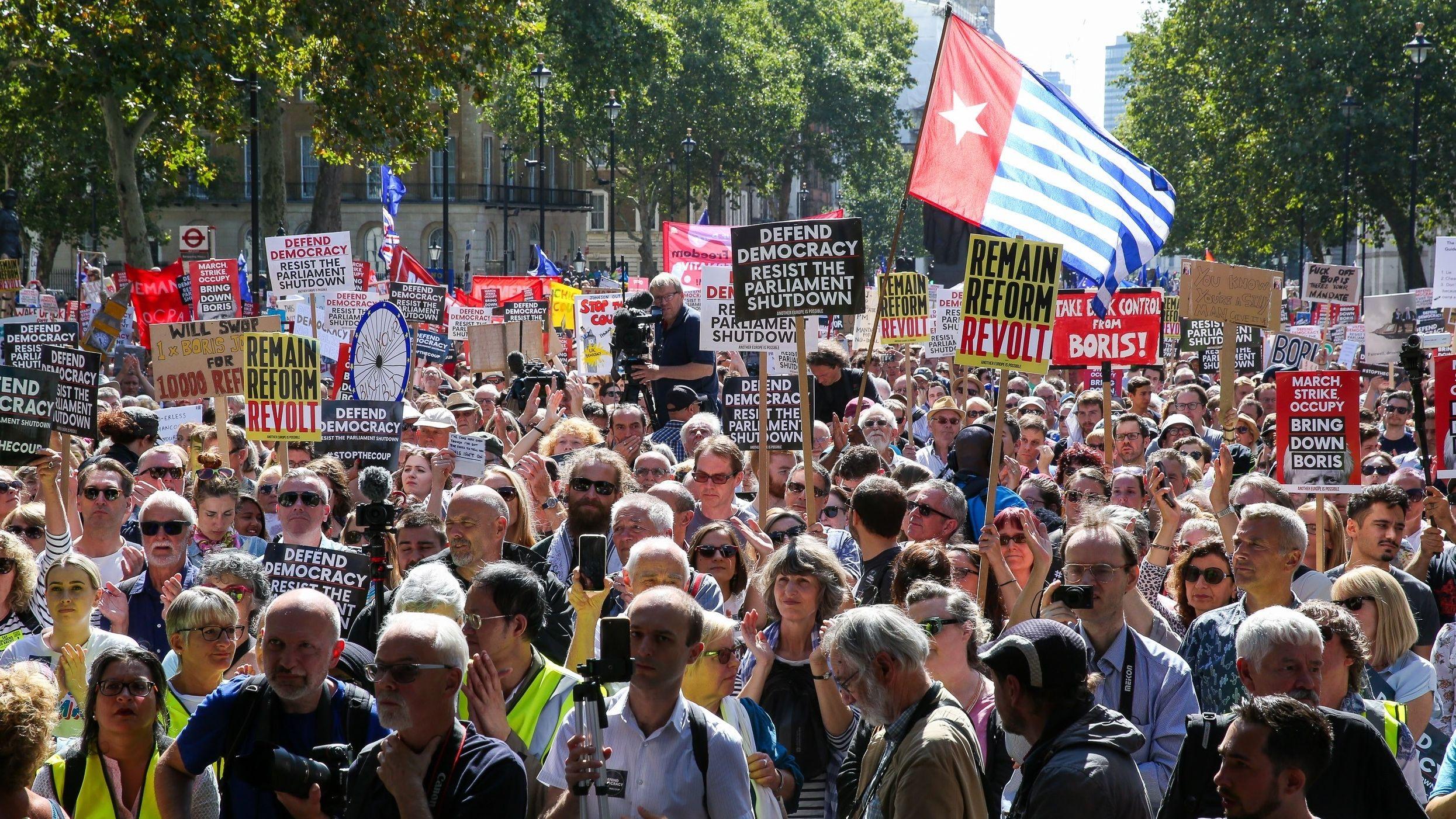 Tausende Menschen demonstrieren in London gegen den Britischen Premierminister Boris Johnson