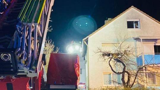 Feuerwehr-Fahrzeug vor einem Haus in Schwebheim