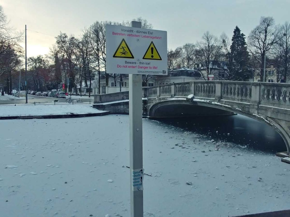 Warnschild am Nymphenburger Schlosskanal in München