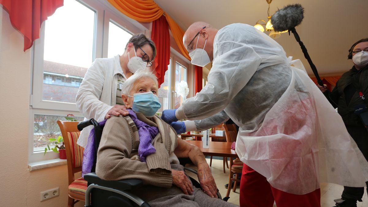 Die Heimbewohnerin Edith Kwoizalla wurde als erstes geimpft