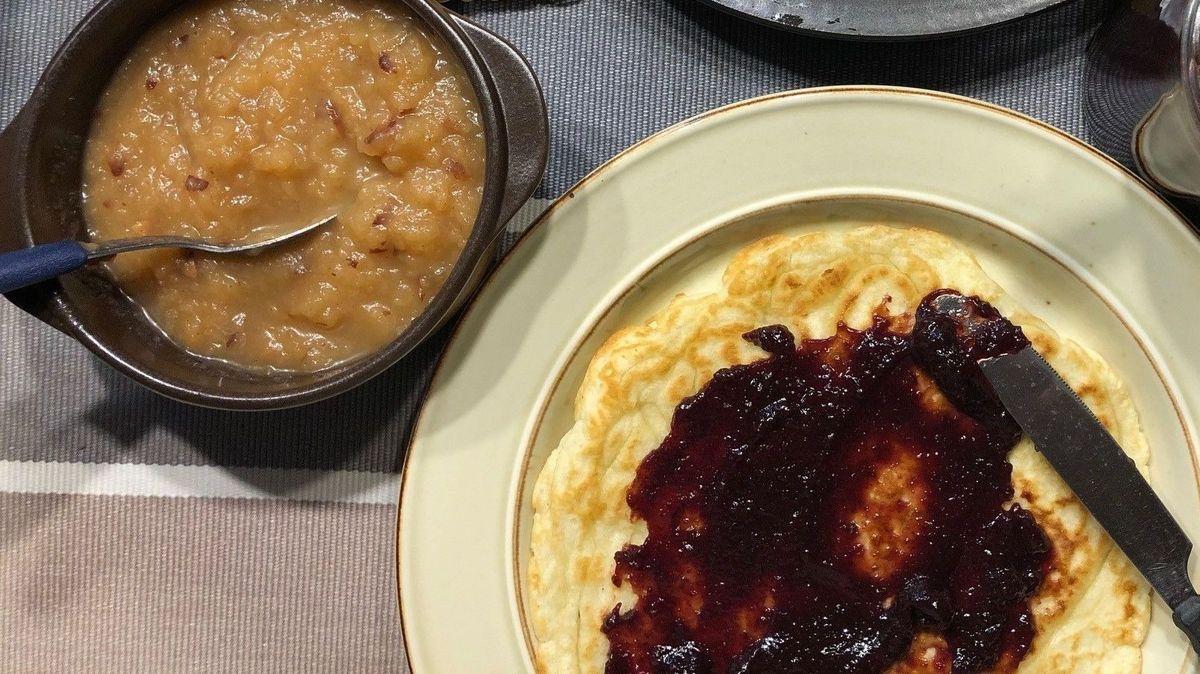 Ganz klassisch: Pfannkuchen mit Apfelmus und Marmelade.