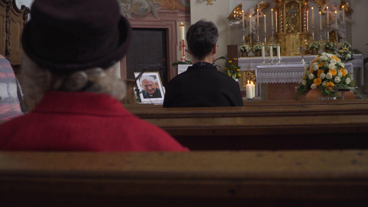 Georg Ratzinger ist in der Stiftskirche St. Johann aufgebahrt. Die Regensburger können sich persönlich von ihm verabschieden.