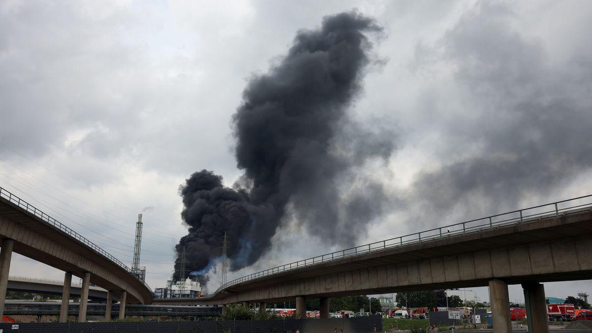 Leverkusen: Eine dunkle Rauchwolke steigt über dem Chempark auf.