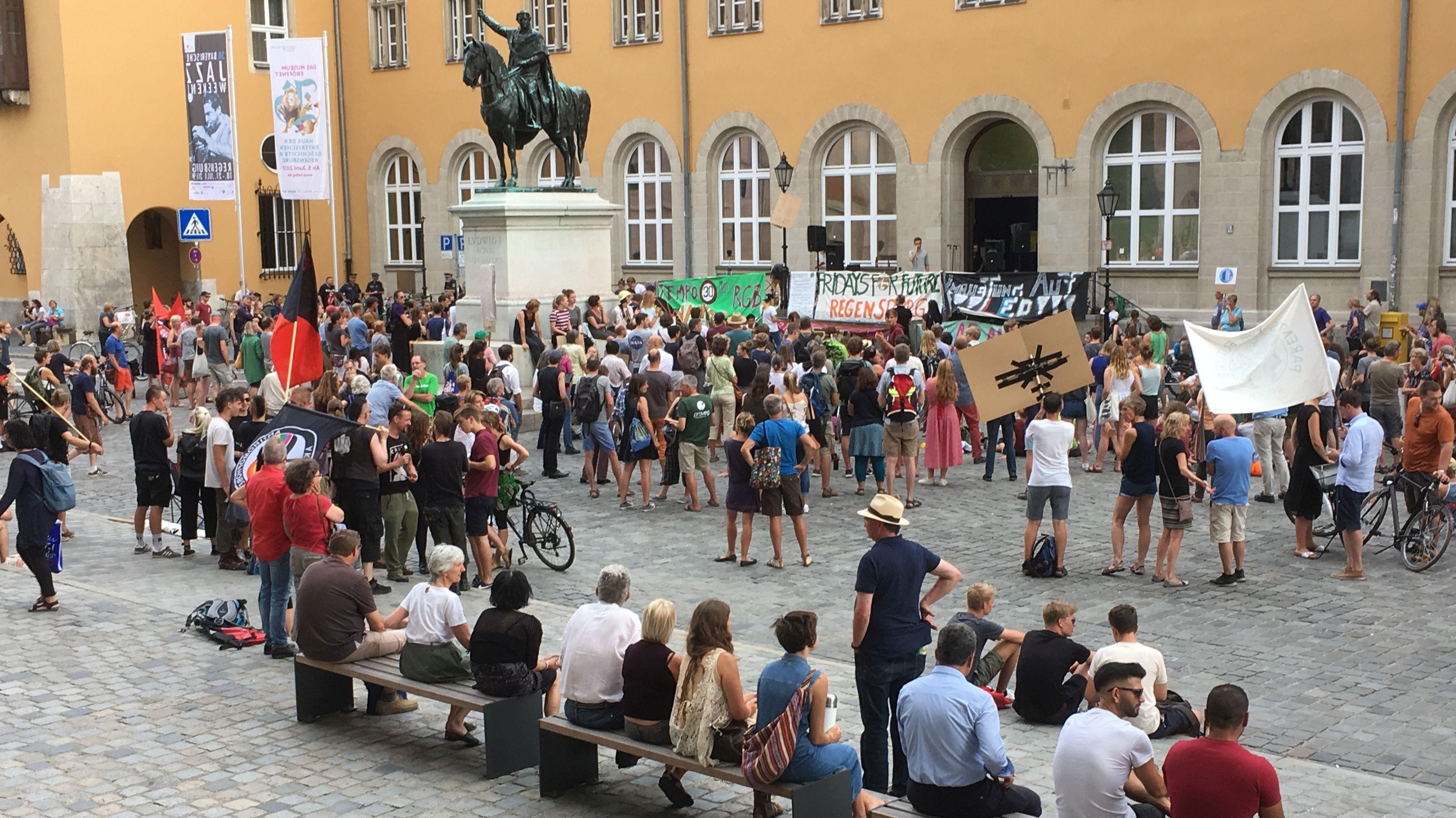Mit einem Sternmarsch zogen die Demonstranten zum Domplatz zur Kundgebung