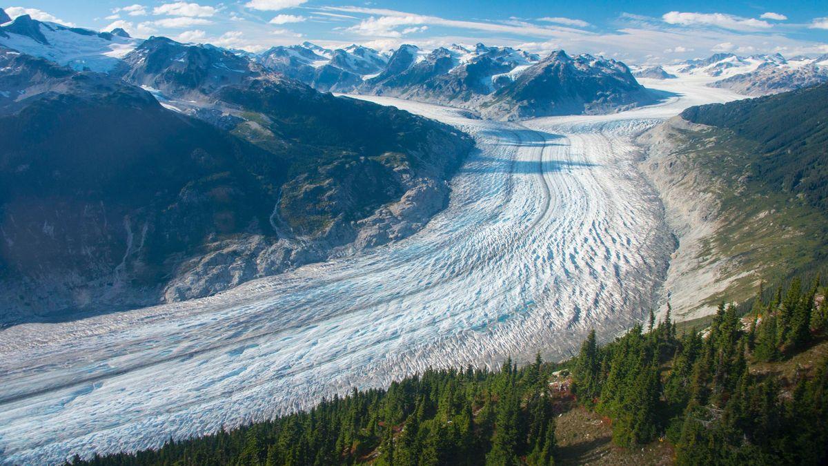Der Klinaklini-Gletscher in Westkanada zwischen Bergen in einem langgezogenen Tal. Er ist 500 Quadratkilometer groß.