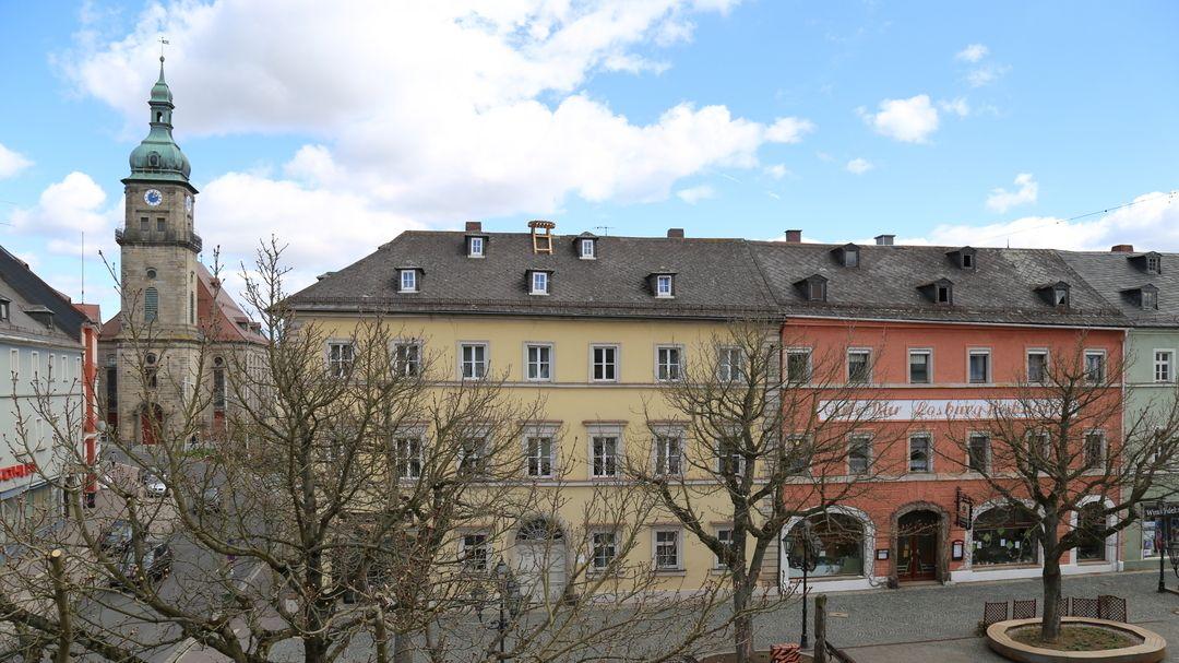 Der Marktplatz in Wunsiedel, im Hintergrund die evangelische Stadtpfarrkirche St. Veit und St. Martin.