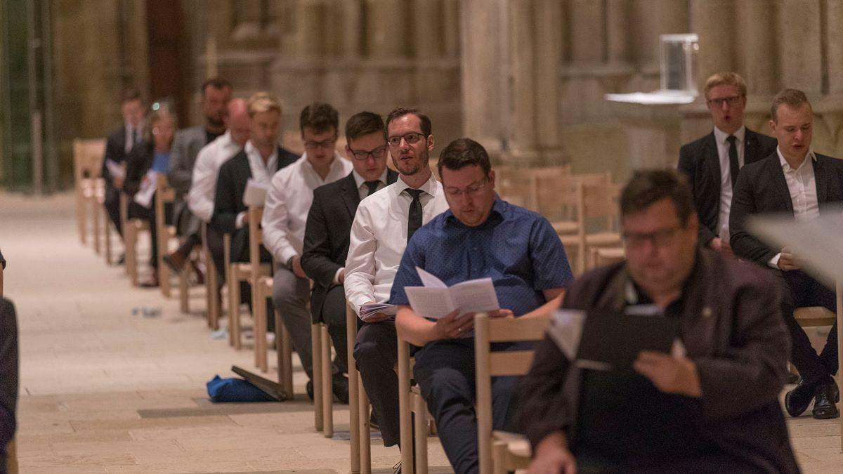 Verteilt über den ganzen Kirchenraum und mit Sicherheitsabstand haben die ehemaligen Domspatzen die Totenvesper gesungen.