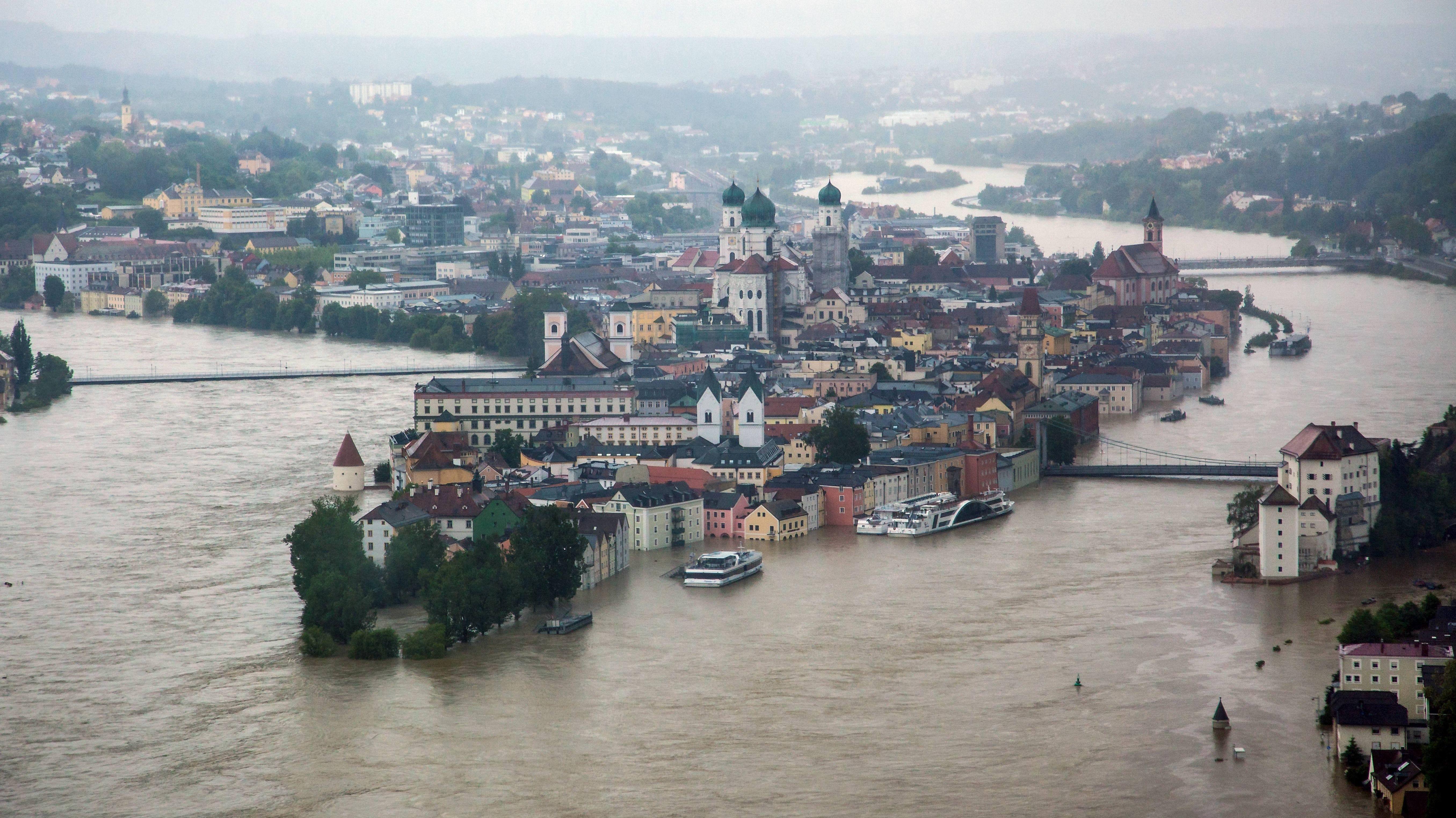 Zusammenfluss von Inn, Donau und Ilz bei der Altstadt von Passau mit Kloster und Rathaus, überflutet beim Jahrhunderthochwasser im Juni 2013