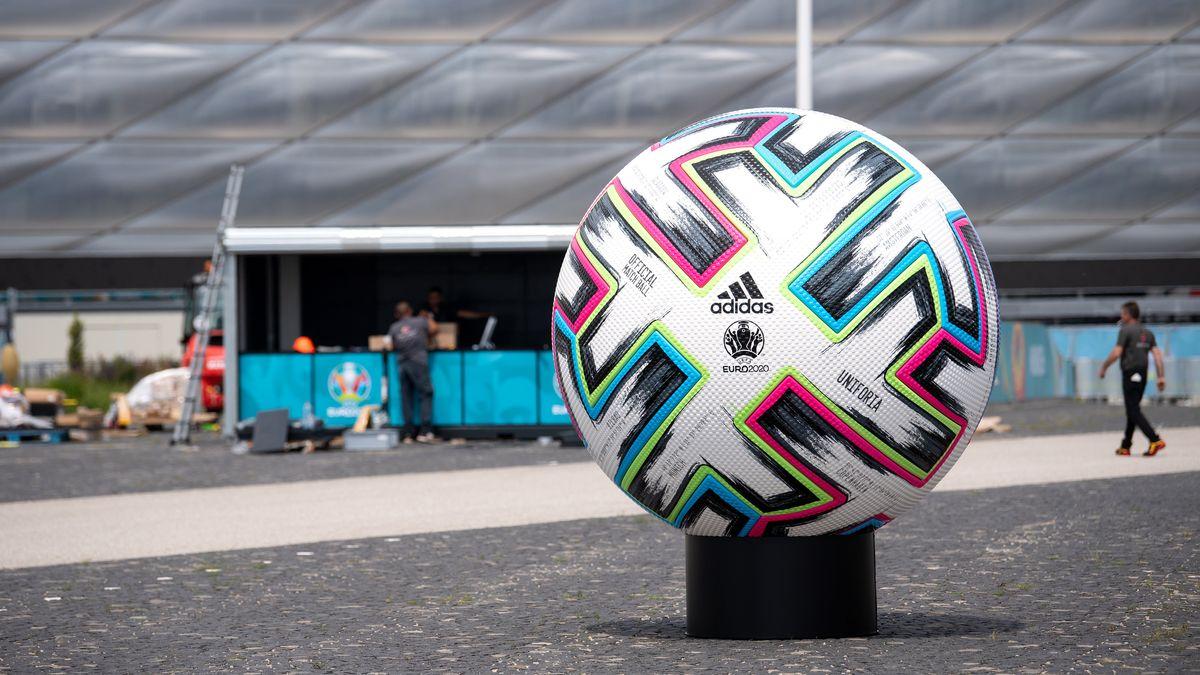 """Ein überdimensionaler offizieller Spielball """"Uniforia"""" von der EURO 2020 ist vor der Arena in München aufgestellt."""