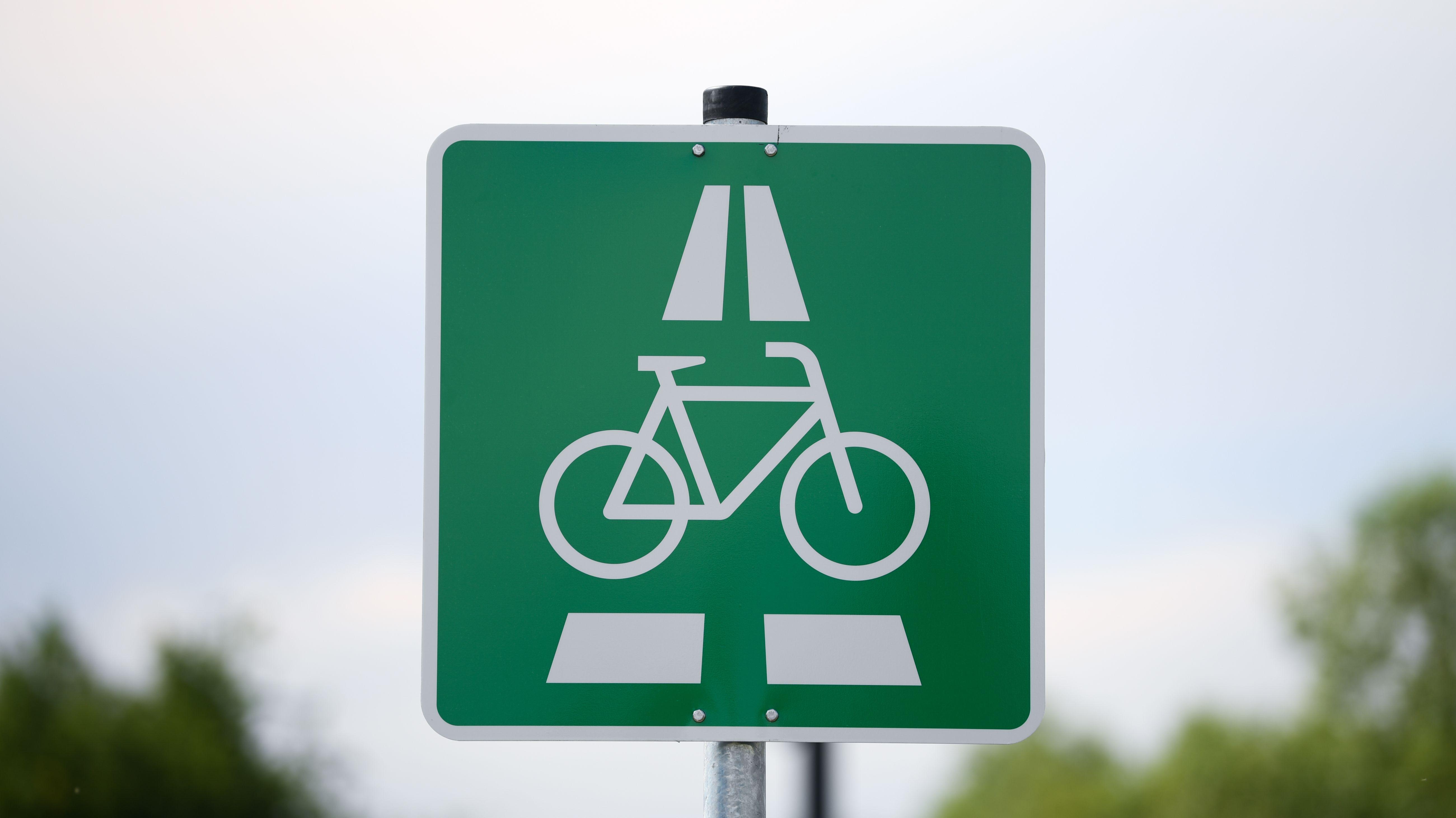 Verkehrsschild für einen Radschnellweg