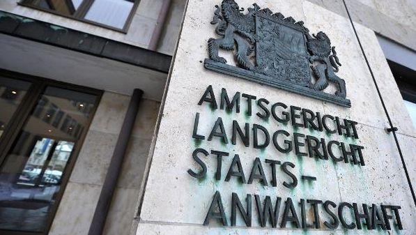 """""""Amtsgericht Landgericht Staatsanwaltschaft"""" steht von außen am Coburger Landgericht."""