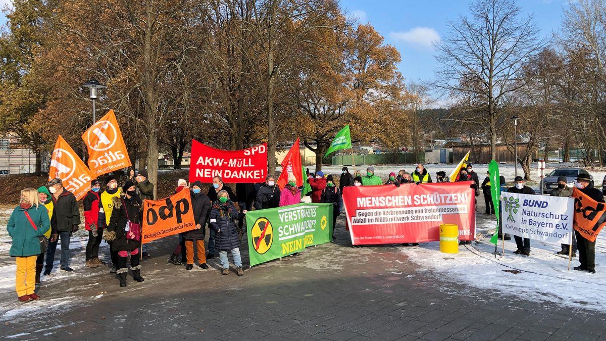 Demonstration vor der Oberpfalzhalle Schwandorf.