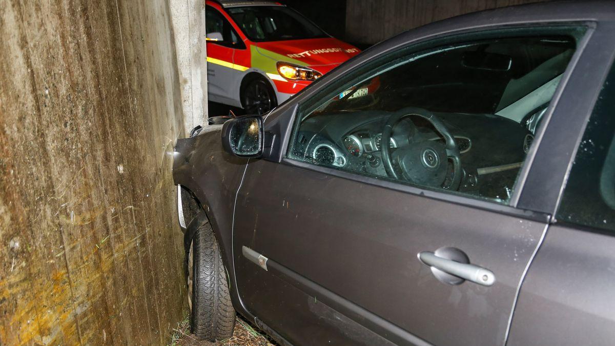 Das Unfallauto hat einen Brückenpfeiler gerammt