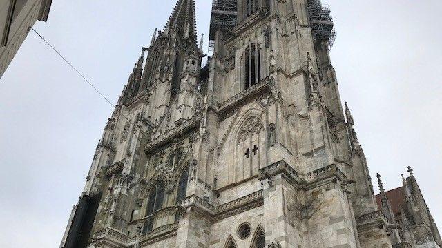 Der Südturm des Regensburger Doms wird am Südwest-Eck komplett eingerüstet.