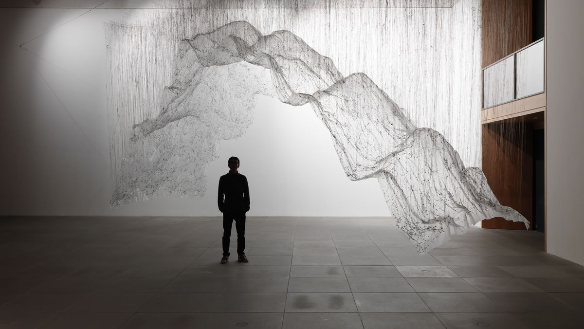 Eine luftige Installation schwebt in einem großen Raum des neuen Museums Nürnberg von der Decke.