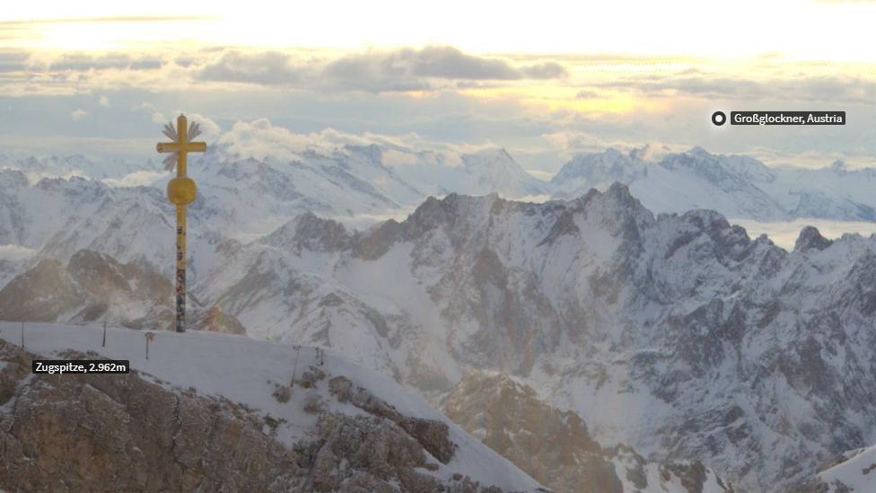 Webcam-Aufnahme des beschädigten Gipfelkreuzes der Zugspitze.