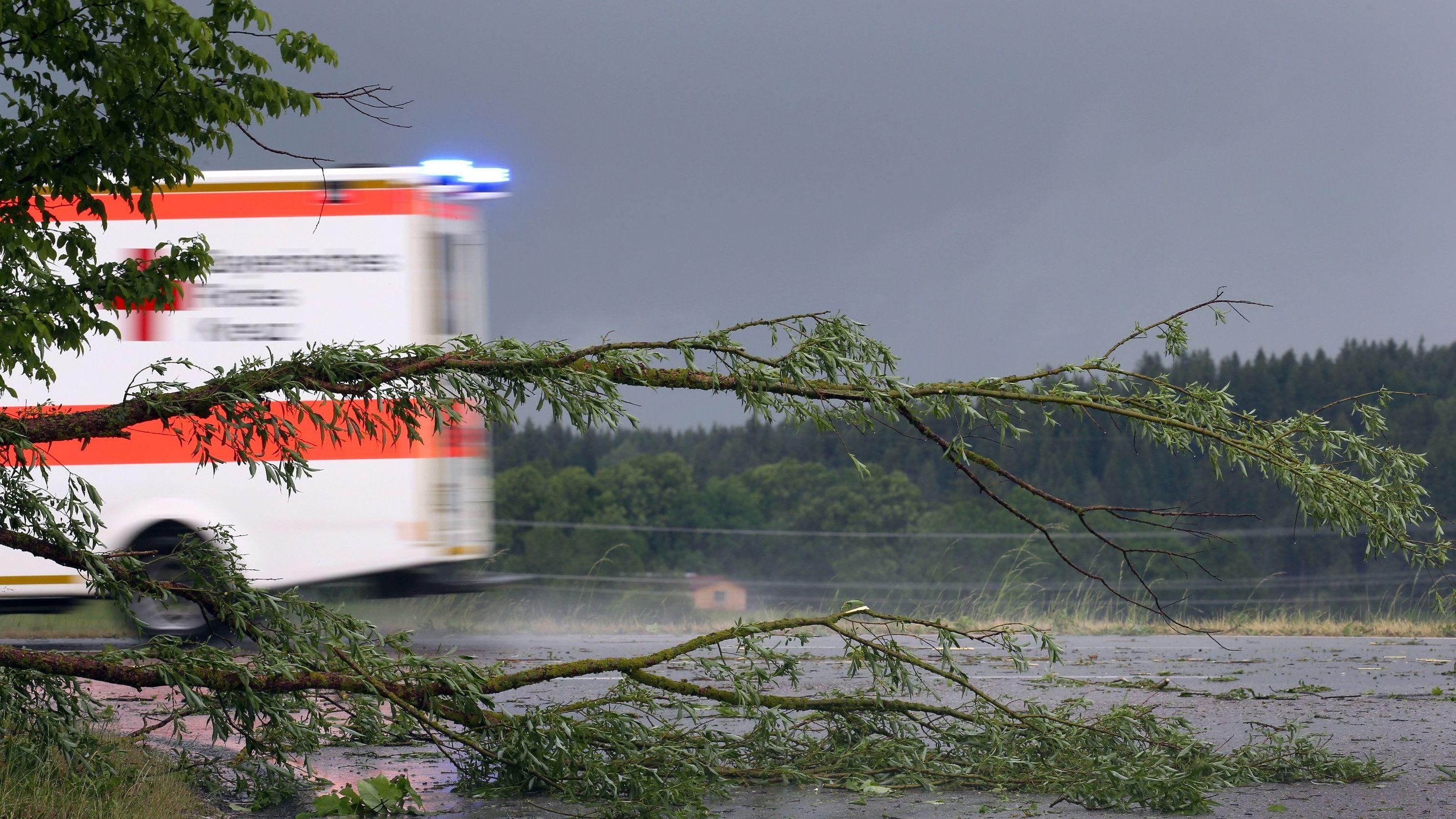 Heftige Gewitter mit Sturmböen, Starkregen und Hagel sind am Montagabend über Südbayern gezogen. Mehrere Menschen wurden durch umstürzende Bäume oder Hagelschlag verletzt.