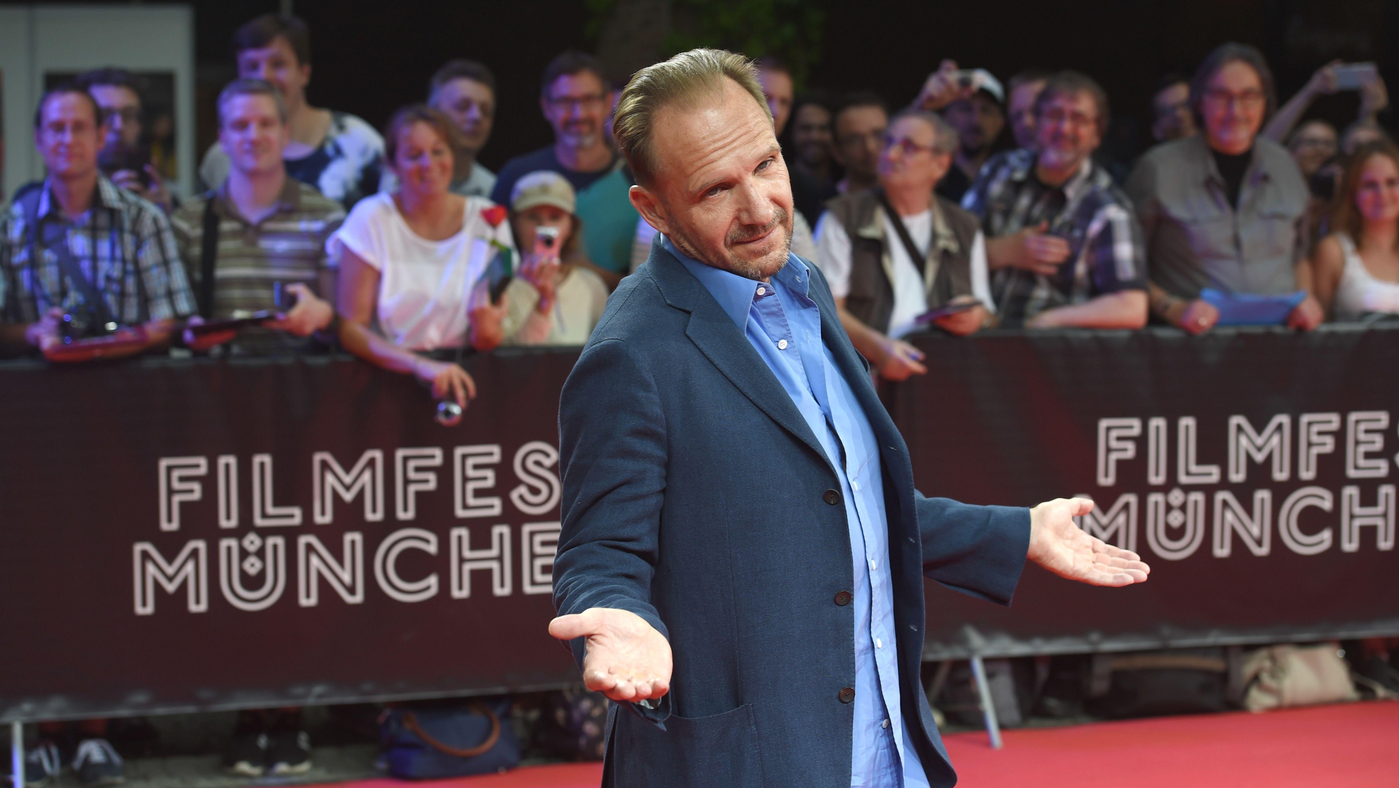 Ralph Fiennes auf dem roten Teppich im Münchner Gasteig