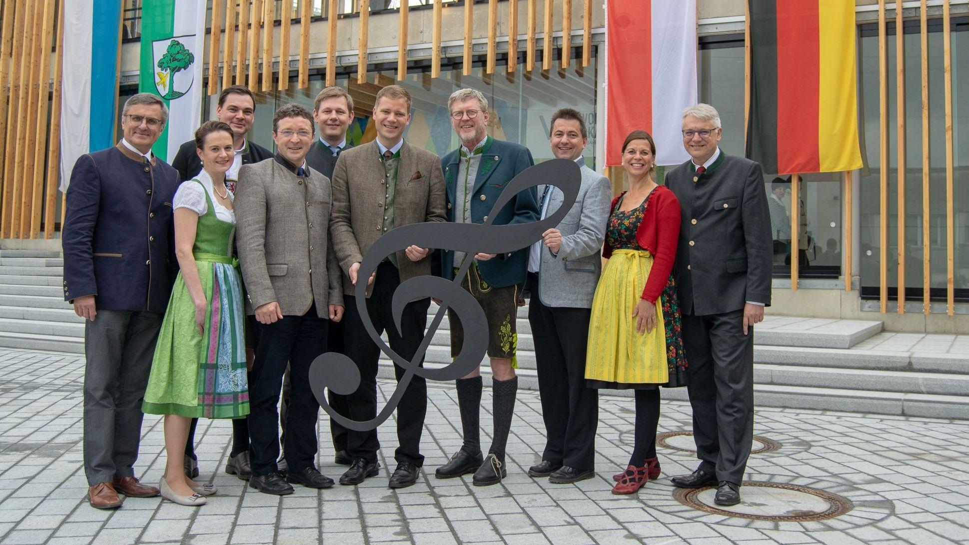 Freyungs Bürgermeister Olaf Heinrich und Schirmherr Marcel Huber zusammen mit anderen Gästen vor der Volksmusikakademie