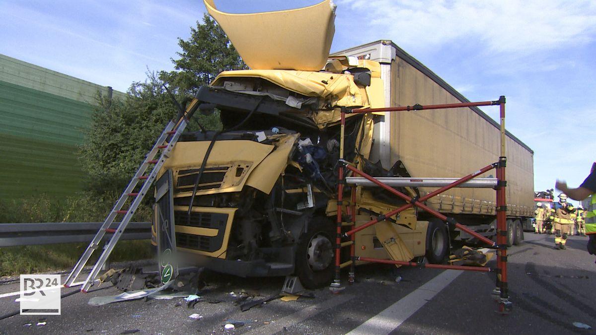 Drei Lkw sind heute Morgen auf der A99 Ost Richtung Salzburg aufeinander gefahren. Zwei Männer wurden bei dem Unfall verletzt, einer davon schwer. Es entstand ein Sachschaden von rund 25.000 Euro.