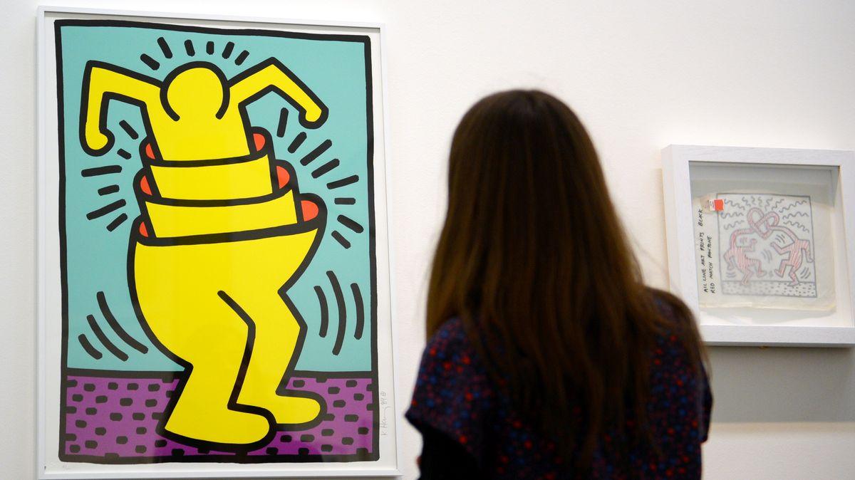 """Eine Besucherin der Vorabbesichtigung der Ausstellung mit dem Titel: """"OP + POP Experimente amerikanischer Künstler ab 1960"""" sieht sich 2013 ein Werk des Künstlers Keith Haring mit dem Titel """"Cup Man 1989"""" an."""