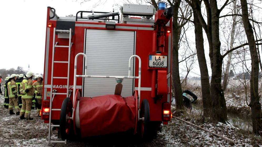 Feuerwehr birgt Auto mit mit einem Toten aus dem Vilskanal | Bild:Georg Barth
