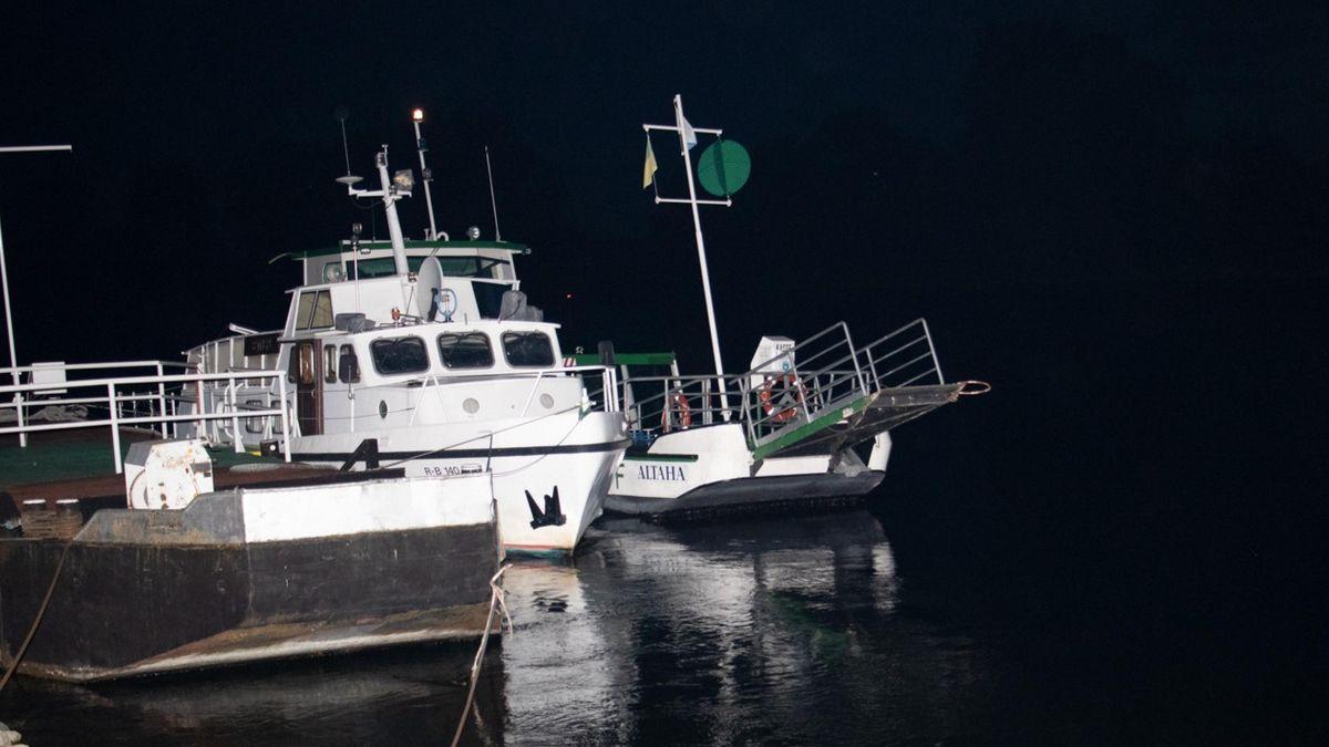 """Die Fähre """"Altaha"""" - gesichert vom Polizeiboot"""