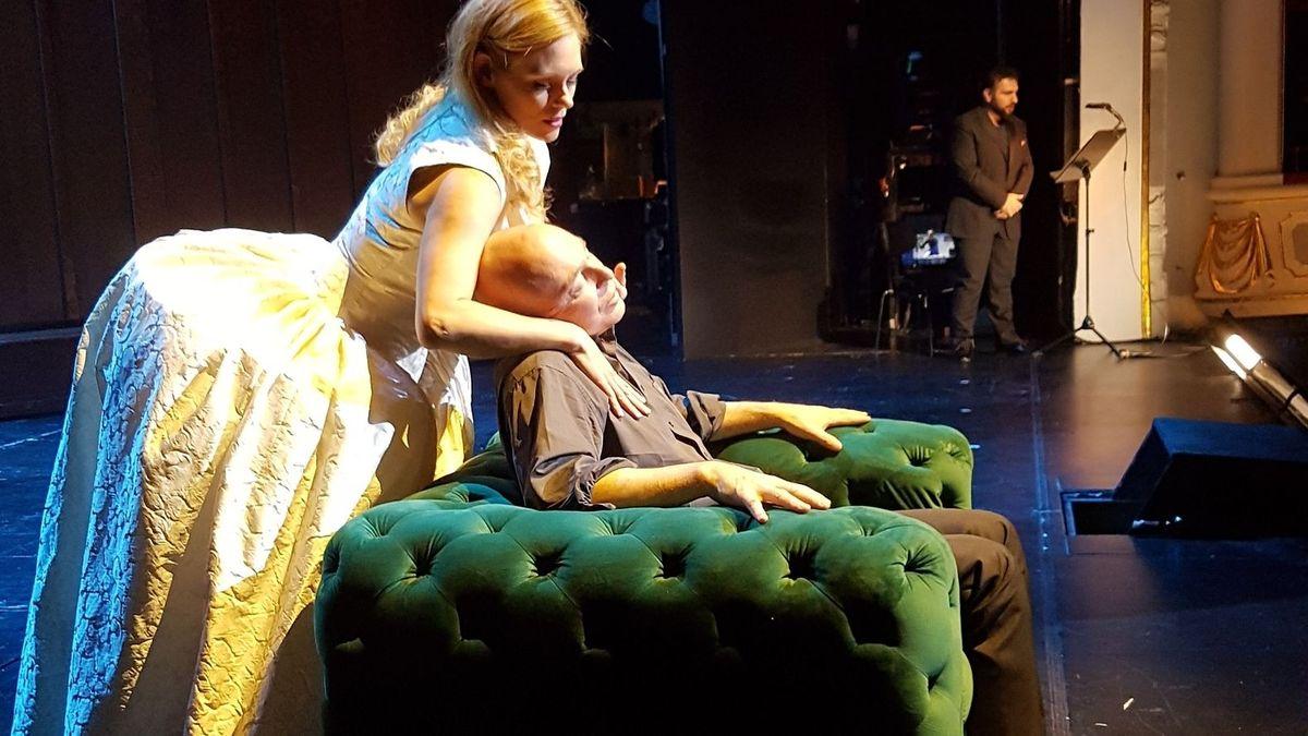 """Staatstheater-Intendant Jens-Daniel Herzog in """"Don Carlos"""" auf der Bühne, im Hintergrund der Tenor"""