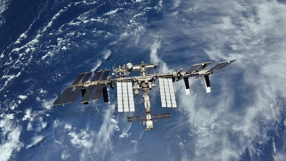 Die Internationale Raumstation ISS rast mit rund 28.000 Kilometern pro Stunde um die Erde.