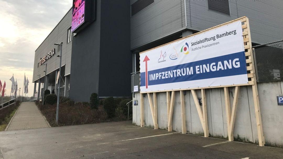 Hinweisschild zum Impfzentrum im Foyer der Brose-Arena in Bamberg