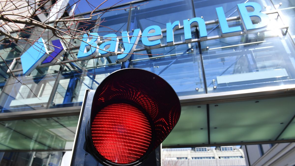 Verwaltungsgebäude BayernLB mit roter Ampel