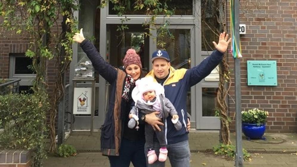 Isabella mit ihren Eltern vor der Uni-Klinik Hamburg | Bild:Sandra Schott