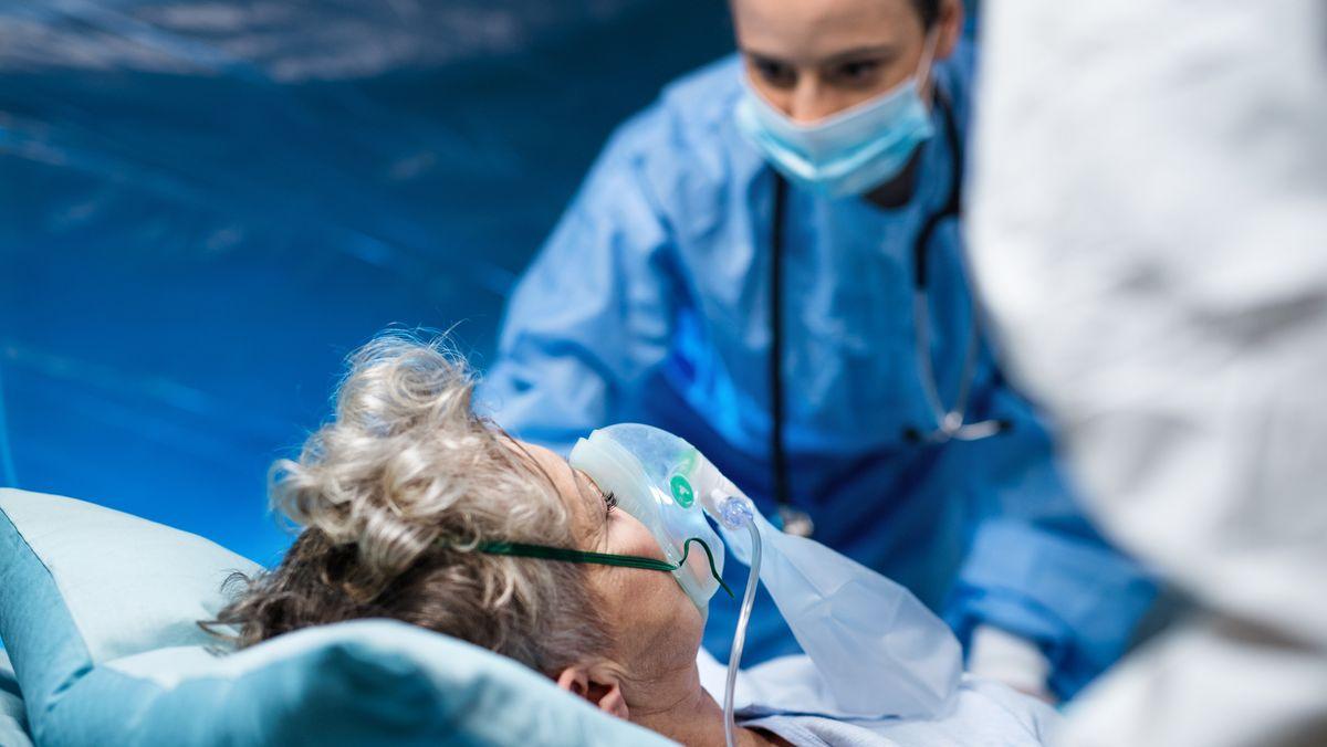 Patientin mit Atembeschwerden wird mit Sauerstoff in einer Klinik versorgt. Eine neue Studie betrachtet die vielen auftretenden Spätfolgen einer Corona-Infektion eher als Krankheitsphasen von Covid-19