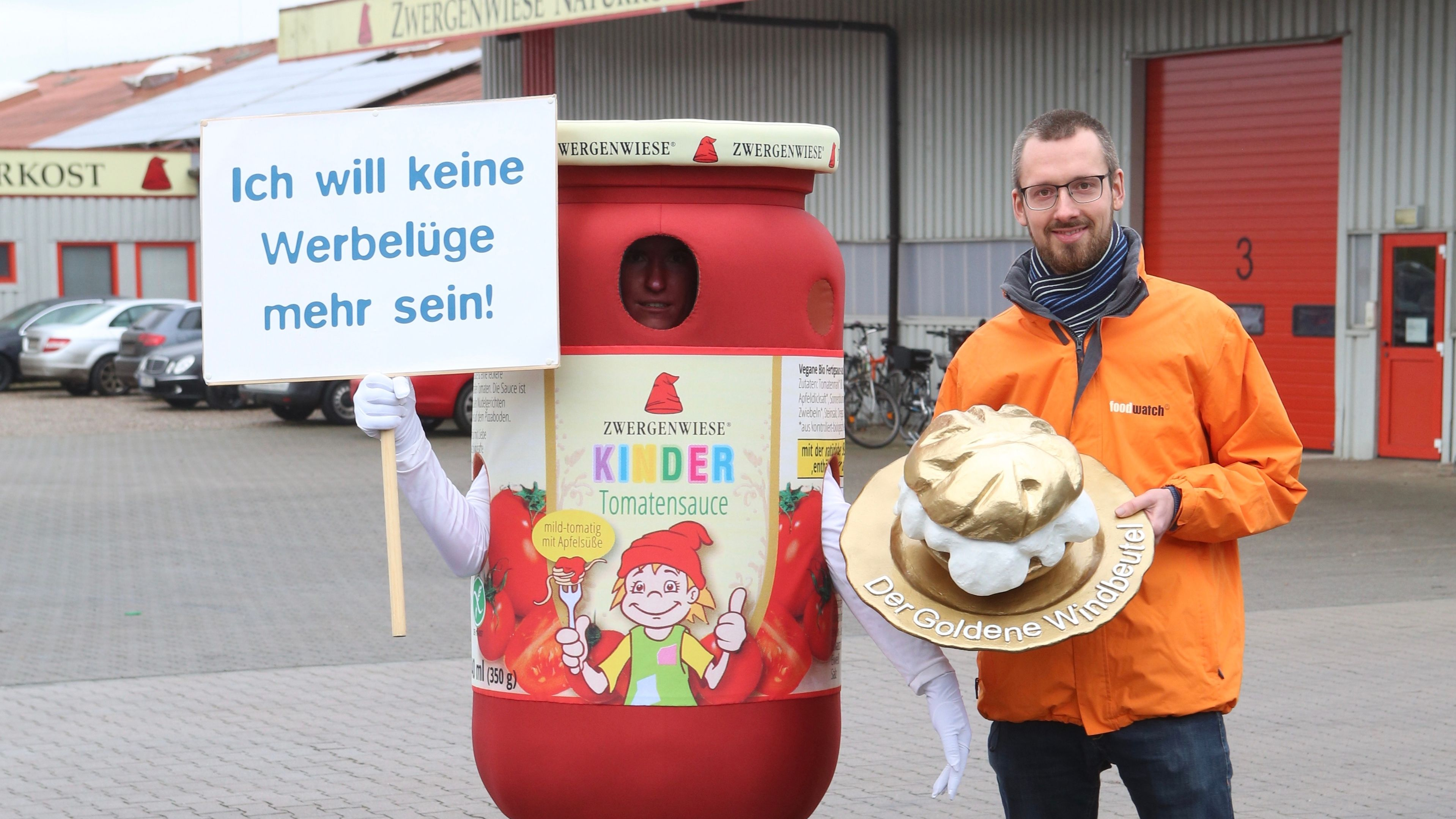 Die Kinder-Tomatensauce des Bio-Herstellers Zwergenwiese bekommt den Goldenen Windbeutel überreicht