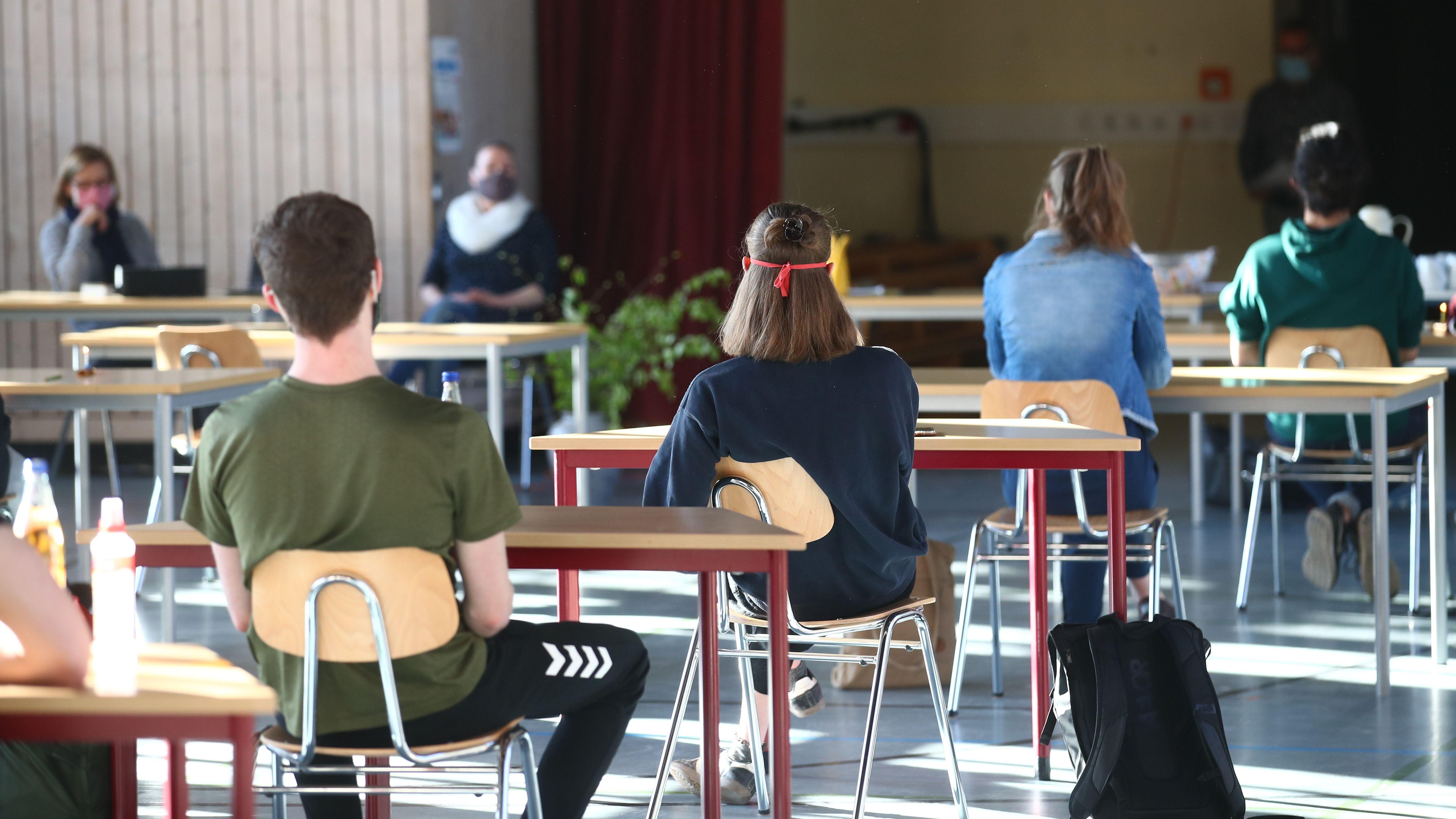 Abiturienten in einer umfunktionierten Turnhalle