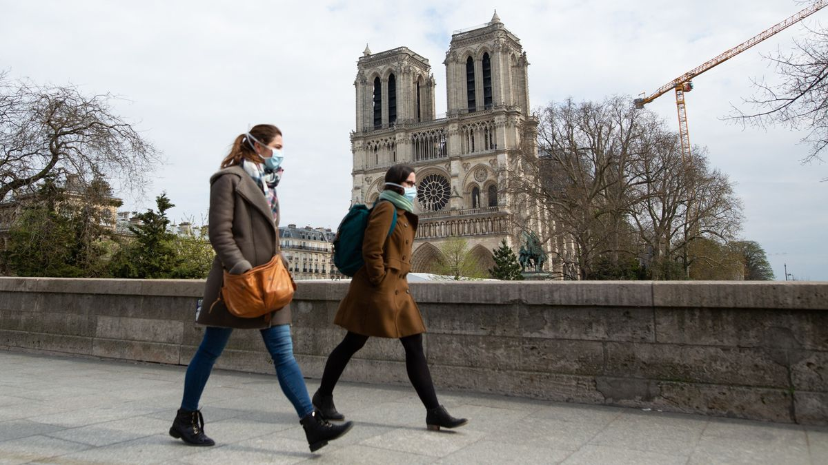 Passanten vor Notre Dame