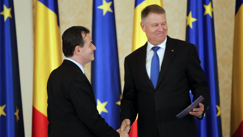 Ludovic Orban (l) von der Nationalliberalen Partei PNL und designierter Ministerpräsident von Rumänien, schüttelt dem rumänischen Präsidenten Klaus Iohannis während der Vereidigungszeremonie am 4.1.2019 im Präsidentenpalast Cotroceni, die Hand.
