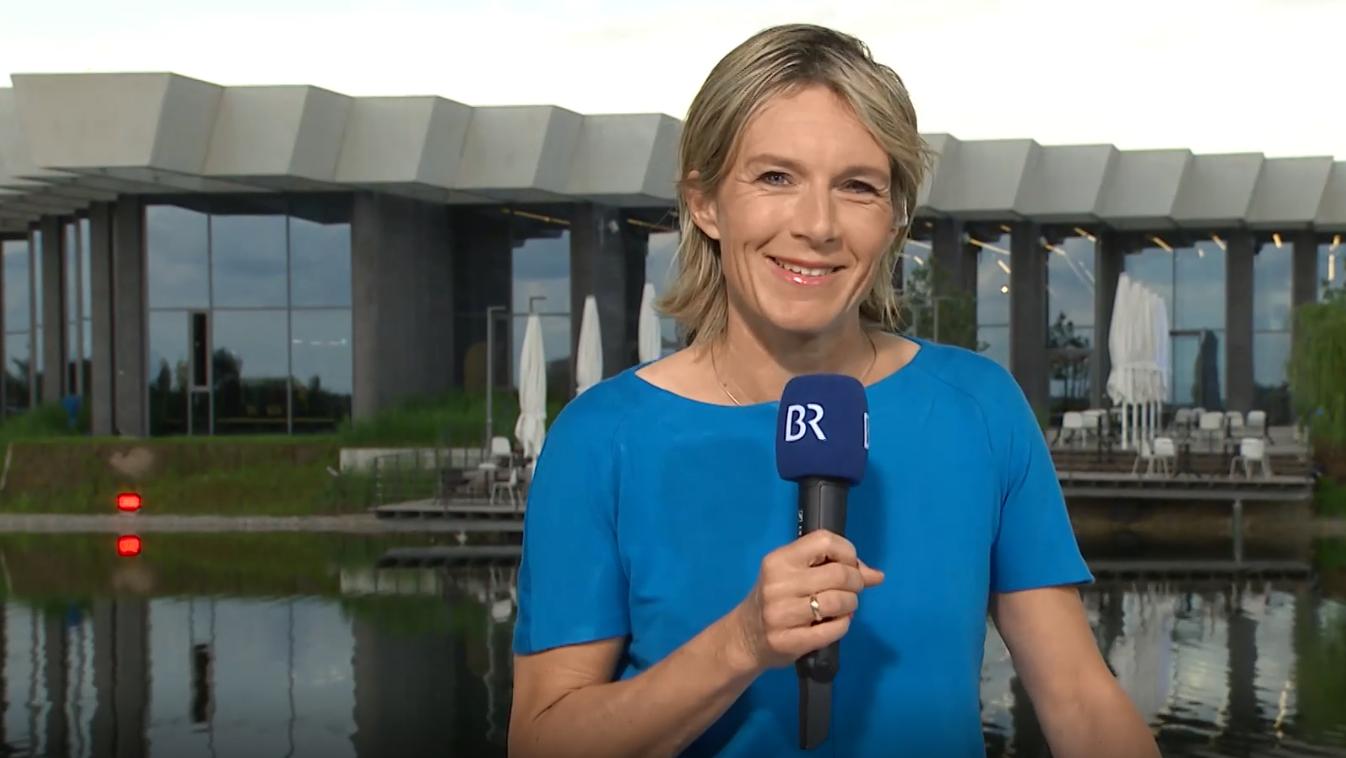 BR-Reporterin Julia Büchler vor dem DFB-Quartier in Herzogenaurach.