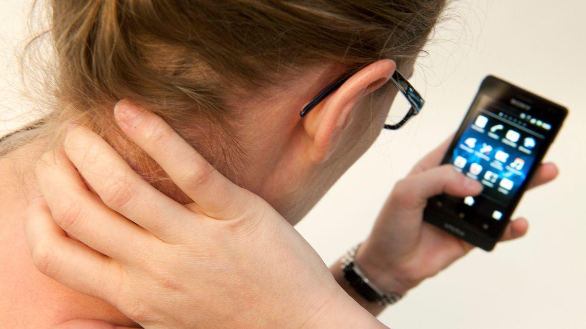 Wenn Smartphones Schmerzen verursachen: Das ständige Starren aufs Handy ist eine Belastung für den Nacken.